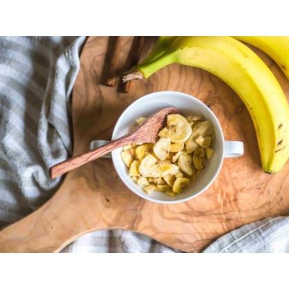 Bananenchips in Schüssel von oben