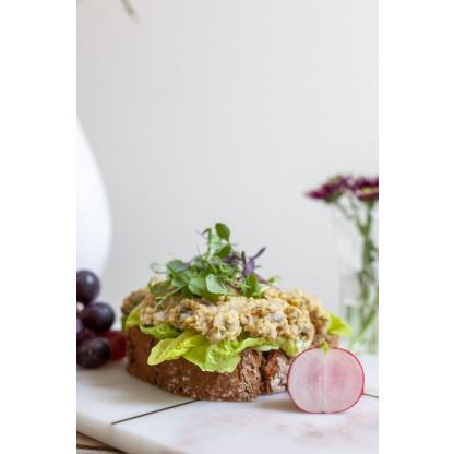 Brot mit Gemüse auf Brett