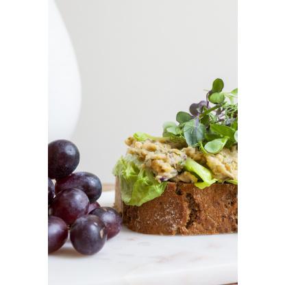 Brot mit Aufstrich und Weintrauben