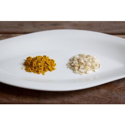 Curry und Reisflocken auf Teller