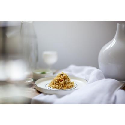 Marrokanischer Couscous Mix auf gedecktem Tisch