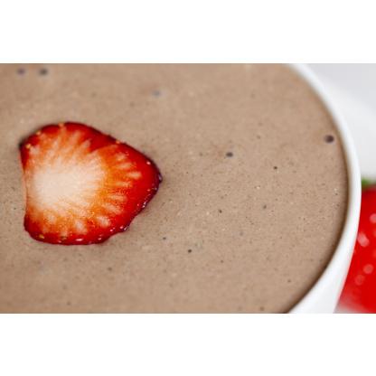 Pudding Nahaufnahme mit Erdbeerscheibe