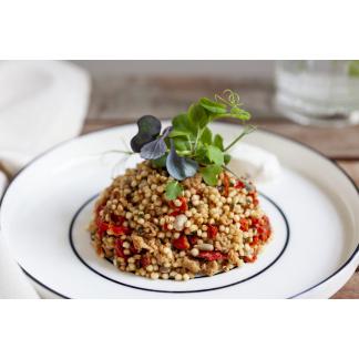 Quinoa Paradeiser Mix auf Teller und garniert