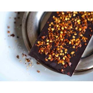 Schokolade mit Chiliflocken Nahaufnahme