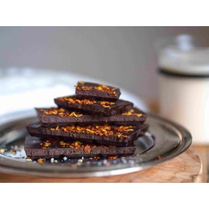 Schokolade mit Chiliflocken auf Teller