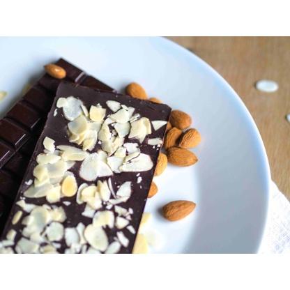 Schokolade mit Mandeln auf Teller Nahaufnahme