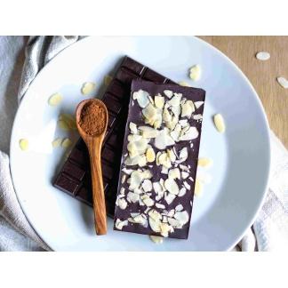 Schokolade mit Mandeln auf Teller