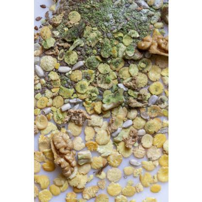 Sojaflocken Spinat Mix Zutaten auf Brett